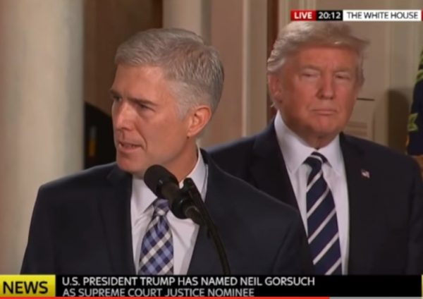 Neil Gorsuch e Donald Trump in conferenza stampa (fonte: Sky News)