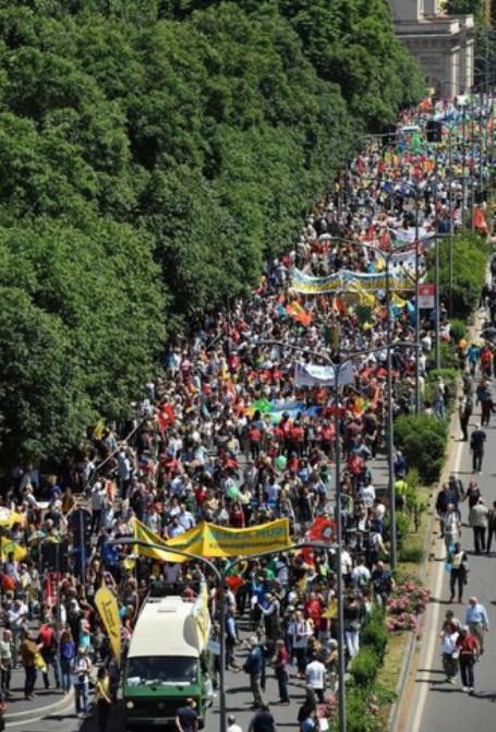 Manifestanti a Milano a favore delle migrazioni