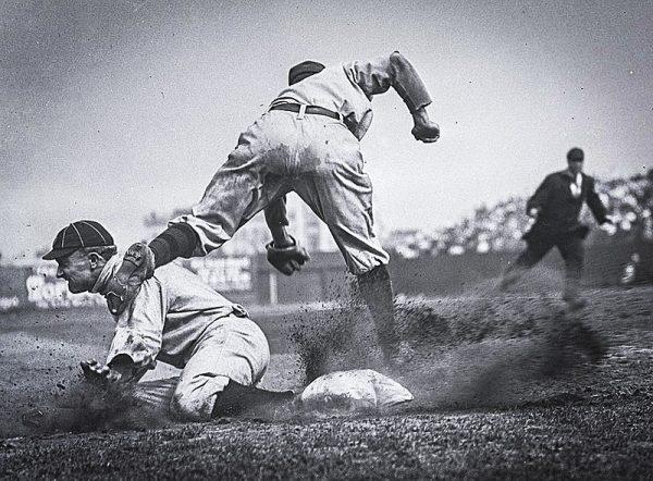 Ty Cobb in azione, scivola in terza base